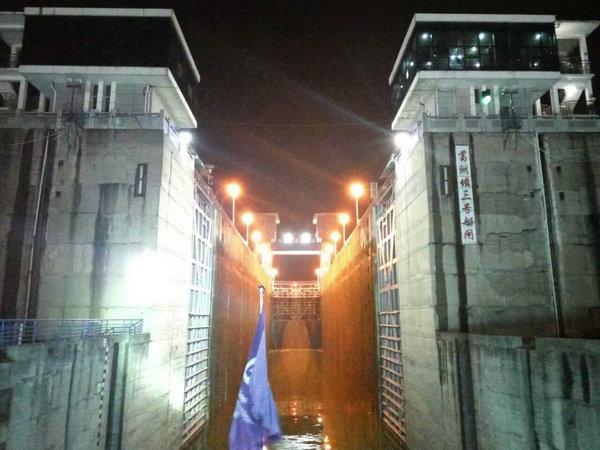 宜昌夜游过葛洲坝船闸