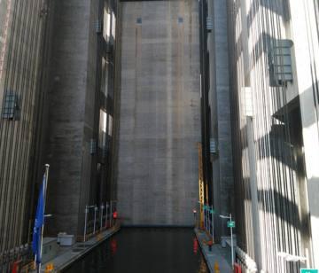 三峡大坝垂直升船机第一阶段实船通航测试,大坝旅游新亮点乘坐升船机游三峡