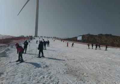 """宜昌百里荒度假区荣获""""国家体育产业示范单位""""称号,欢迎冬季来百里荒体验滑雪运动"""