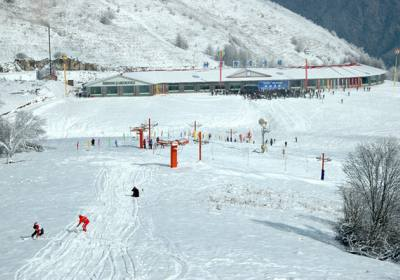 湖北首届冰雪大会在神农架召开,神农架国际滑雪场引领滑雪旅游