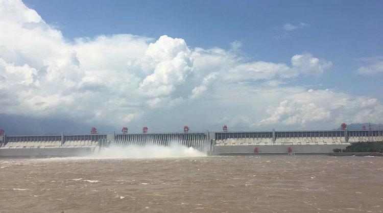 三峡大坝4泄洪