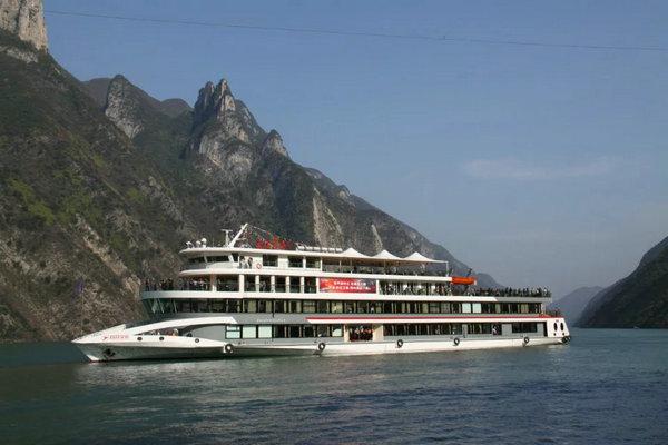 长江三峡5号豪华游轮,三峡五号航行于宜昌到奉节三峡段的短途观光游轮